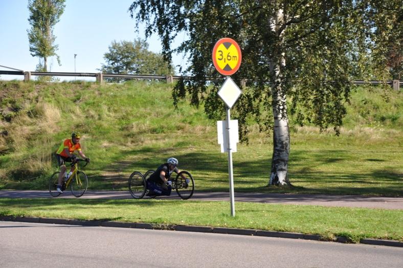 Anders Olsson cyklar för Krama era barn