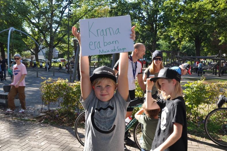 Leona hejar på Krama era barn